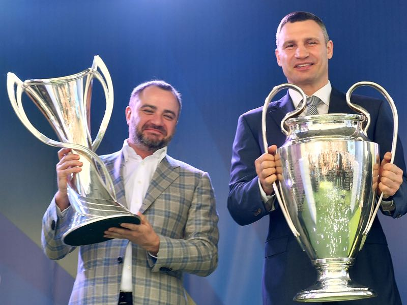 Pavelko (l.) is at the centre of criticism when it comes to the problem of match-fixing. (SERGEI SUPINSKY/AFP/Getty Images)