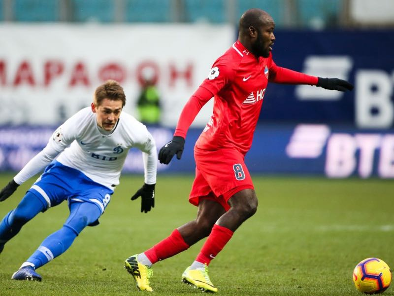 Kirill Panchenko of FC Dinamo Moscow vies for the ball with Fegor Ogude of FC Enisey Krasnoyarsk during the Russian Premier League match between FC Dinamo Moscow and FC Enisey Krasnoyarsk on November 24, 2018 at Arena Khimki stadium in Khimki, Russia. (Photo by Epsilon/Getty Images)