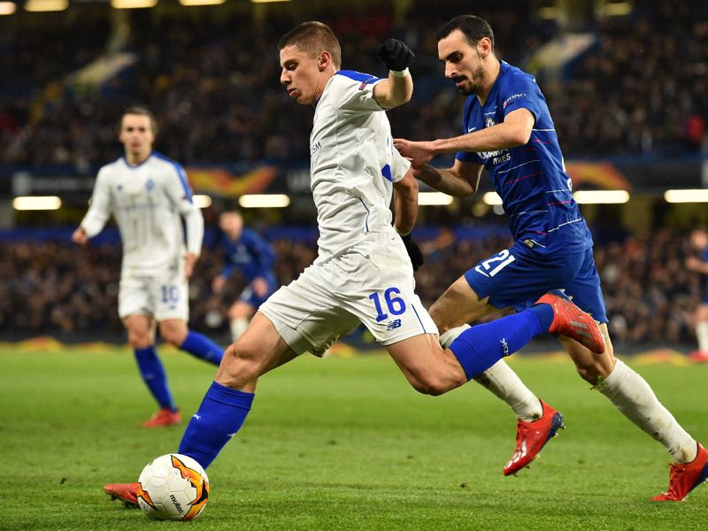 Dynamo Kiev's Ukrainian defender Vitaliy Mykolenko (L) vies with Chelsea's Italian defender Davide Zappacosta (R) during the first leg of the UEFA Europa League round of 16 football match between Chelsea and Dynamo Kiev at Stamford Bridge stadium in London on March 7, 2019. (Photo by Glyn KIRK / AFP)