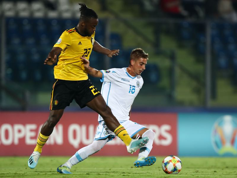 San Marino's forward Filippo Berardi (C) outruns Belgium's forward Michy Batshuayi during the Euro 2020 qualifier football match San Marino vs Belgium on September 6, 2019 at the Olympic stadium in Serravalle. (Photo by Isabella BONOTTO / AFP)