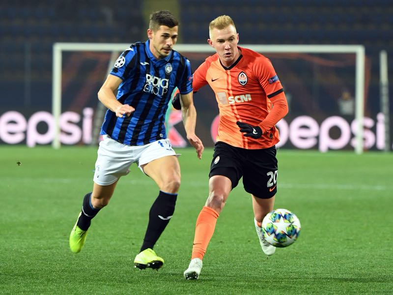 Atalanta's Swiss midfielder Remo Freuler and Shakhtar Donetsk's Ukrainian midfielder Viktor Kovalenko vie for the ball during the UEFA Champions League group C football match between FC Shakhtar Donetsk and Atalanta BC at the Metallist stadium in Kharkiv on December 11, 2019. (Photo by Sergei SUPINSKY / AFP)