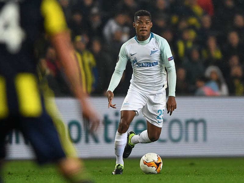 enit St. Petersburg's Colombian midfielder Wilmar Barrios (R) fights for the ball with Fenerbahce's Chilean defender Mauricio Isla during the UEFA Europa League round of 32 first leg football match between Fenerbahce SK and FC Zenit St. Petersburg at the Ulker stadium, in Istanbul, on February 12, 2019. (Photo by OZAN KOSE / AFP)