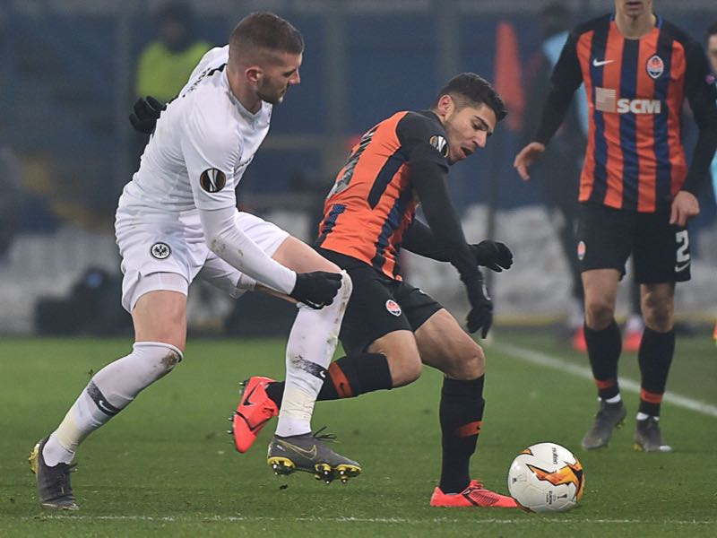 tracht Frankfurt's Croatian forward Ante Rebic (L) vies for the ball with Donetsk's Israeli forward Manor Solomon (C) during the UEFA Europa League round of 32 first-leg football match between FC Shakhtar Donetsk and Eintracht Frankfurt at Metalist Oblast Sports Complex in Kharkiv on February 14, 2019. (Photo by Sergei SUPINSKY / AFP)