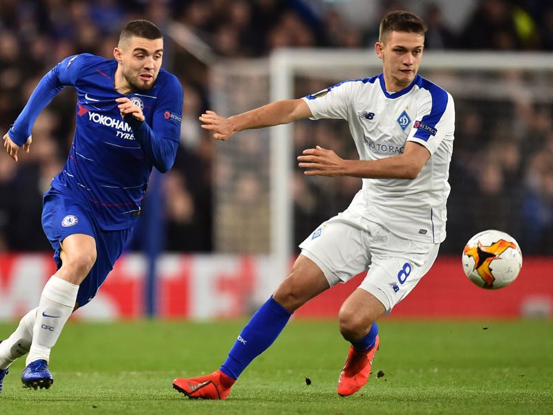 Chelsea's Croatian midfielder Mateo Kovacic (L) vies with Dynamo Kiev's Ukrainian midfielder Volodymyr Shepelyev (R) during the first leg of the UEFA Europa League round of 16 football match between Chelsea and Dynamo Kiev at Stamford Bridge stadium in London on March 7, 2019. (Photo by Glyn KIRK / AFP)