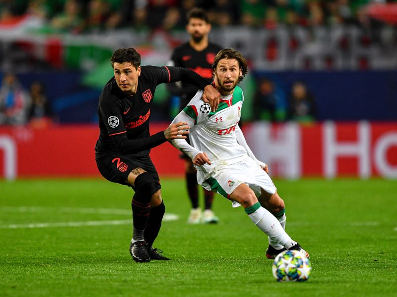 Atletico Madrid's Uruguayan defender Jose Gimenez (L) vies with Lokomotiv Moscow's Polish midfielder Grzegorz Krychowiak (R) during the UEFA Champions League Group D football match between Lokomotiv Moscow and Atletico Madrid, at RZD Arena in Moscow on October 1, 2019. (Photo by Dimitar DILKOFF / AFP)