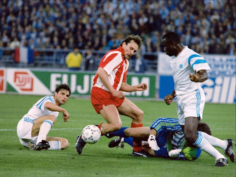 Red Star Belgrade's Dragisa Binic (C) is stopped by French football goalkeeper OM (Olympique de Marseille) Pascal Olmeta (grounded), Basile Boli (R) and Manuel Amoros (L), on May 29, 1991, during the Football European champions cup final match, at the San Nicola stadium in Bari, Italy. / AFP / JACQUES DEMARTHON AND PATRICK HERTZOG