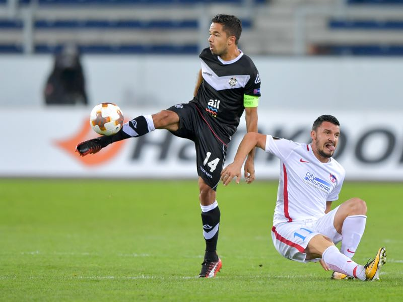 Lugano's Uruguayan midfielder Jonathan Sabbatini (L) and FCS Bucharest's Romanian forward Constantin Budescu vies for the ball during the UEFA Europa league Group G football match between FC Lugano and FCSB on September 28, 2017 at the Swissporarena stadium in Lucerne. / AFP PHOTO / Fabrice COFFRINI