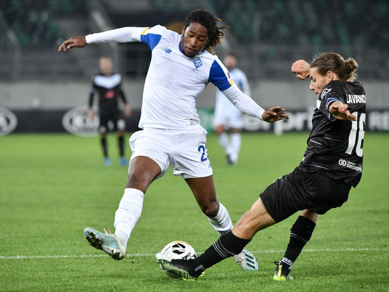 Dynamo Kiev's Luxembourgish midfielder Gerson Rodrigues (L) and FC Lugano's Swiss defender Numa Lavanchy fight for the ball during the UEFA Europa League group B football match between Lugano and Dynamo Kiev at Kybunpark stadium on October 3, 2019 in St. Gallen. (Photo by FABRICE COFFRINI / AFP)