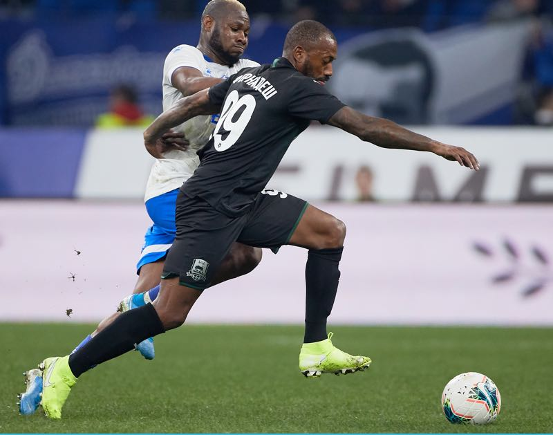 Sylvester Igboun of FC Dynamo Moscow and Manuel Fernandes of FC Krasnodar vie for the ball during the Russian Premier League match between FC Dynamo Moscow and FC Krasnodar at VTB Arena-Central Stadium Dynamo on October 20, 2019 in Moscow, Russia. (Photo by Epsilon/Getty Images)