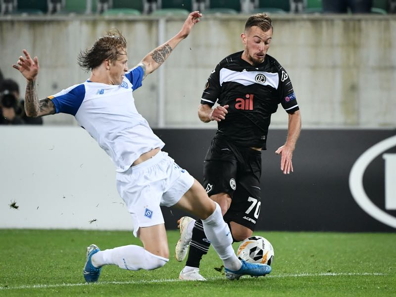 Dynamo Kiev's Ukrainian defender Artem Shabanov (L) challenges with FC Lugano's Swiss midfielder Marco Aratore during the UEFA Europa League group B football match between Lugano and Dynamo Kiev at Kybunpark stadium on October 3, 2019 in St. Gallen. (Photo by FABRICE COFFRINI / AFP)