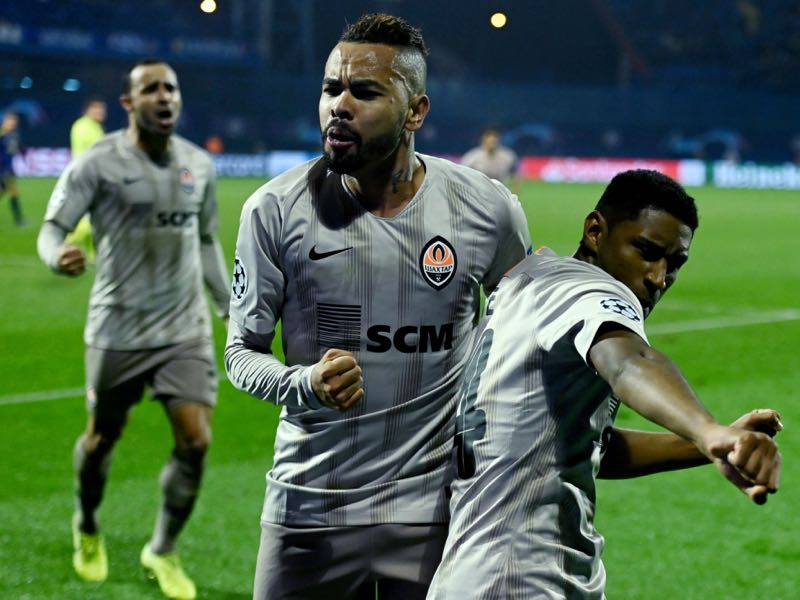 Shakhtar Donetsk's Brazilian midfielder Dentinho (L) celebrates with Shakhtar Donetsk's Brazilian forward Tetê after a goal during the UEFA Champions League Group C football match between GNK Dinamo Zagreb and FC Shakhtar Donetsk on November 6, 2019 in Zagreb. (Photo by Denis LOVROVIC / AFP)